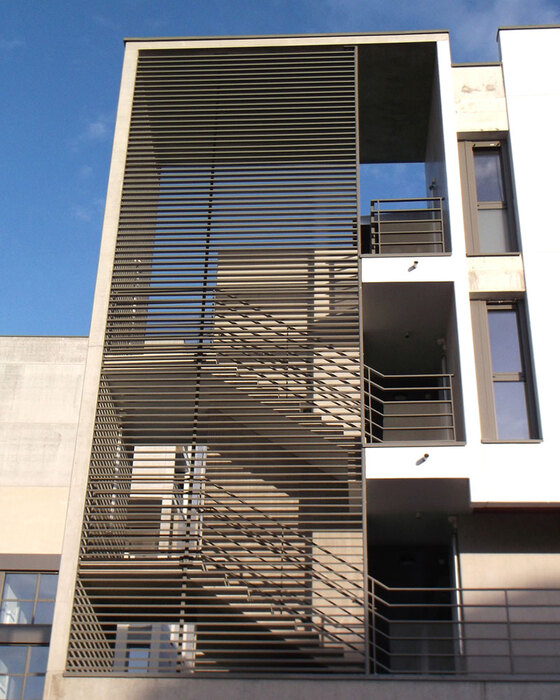 brise_soleil_vertical_lames_rectangulaires_residence_tours